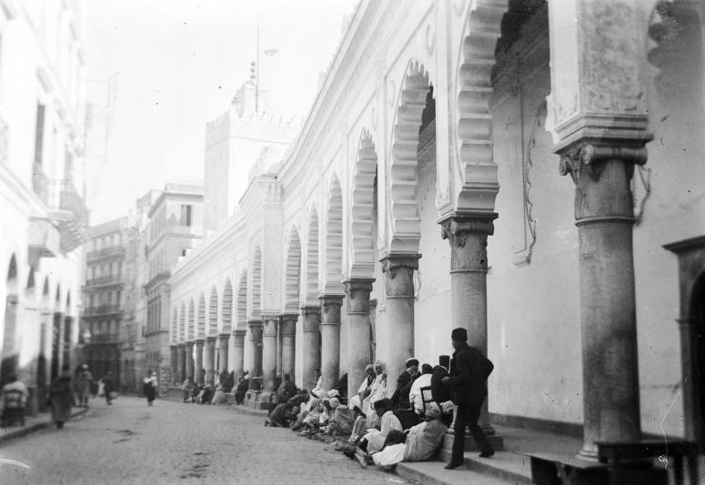 Le long de la Grande Mosquée d'Alger