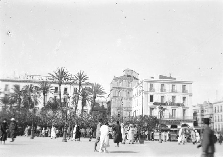 Place du gouvernement, l'Hôtel de la Régence et le Café Apollon