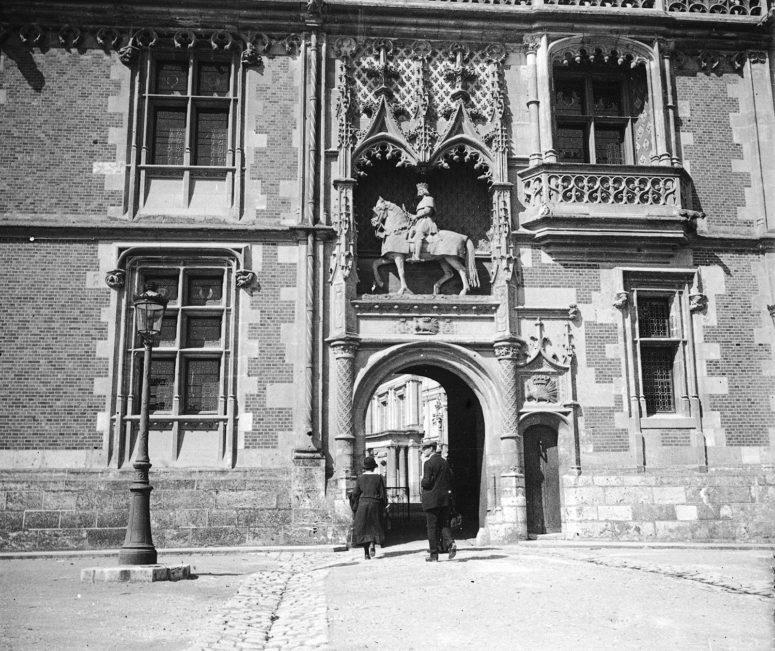 Château de Blois, porte façade Louis XII et statue du Roi