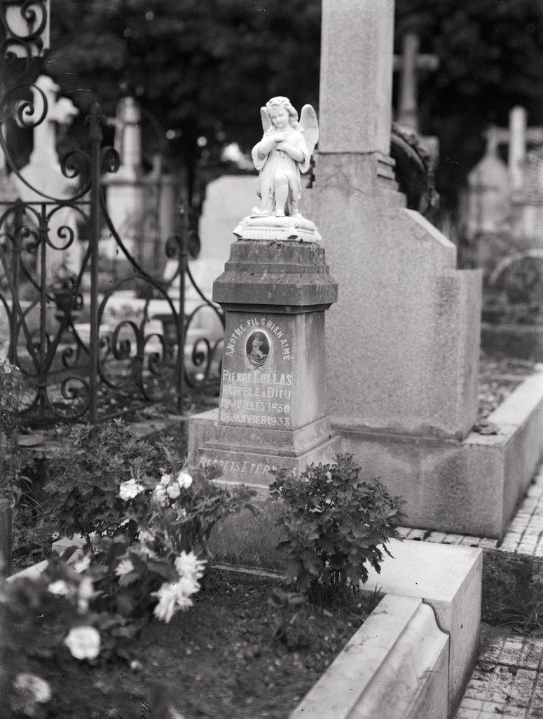 La stèle et la photo en porcelaine, sans doute peu de temps après l'inhumation