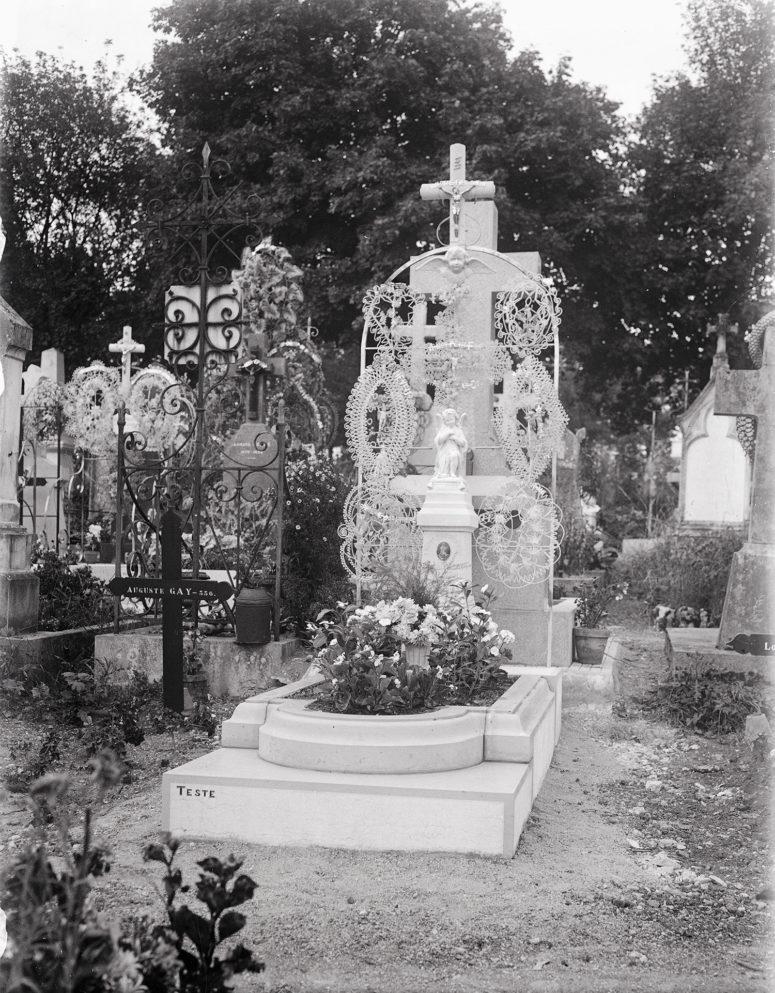 La tombe qui vient d'être installée, avec les couronnes de perles