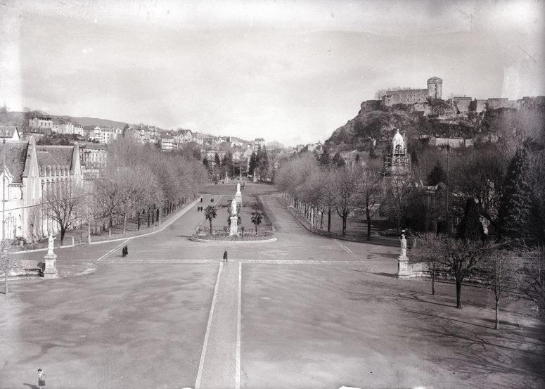 Lourdes, l'allée qui mène à la basilique et le château
