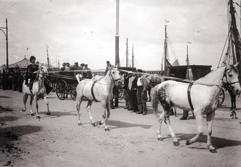 Parade d'un cirque sur le quai François Ier au Tréport