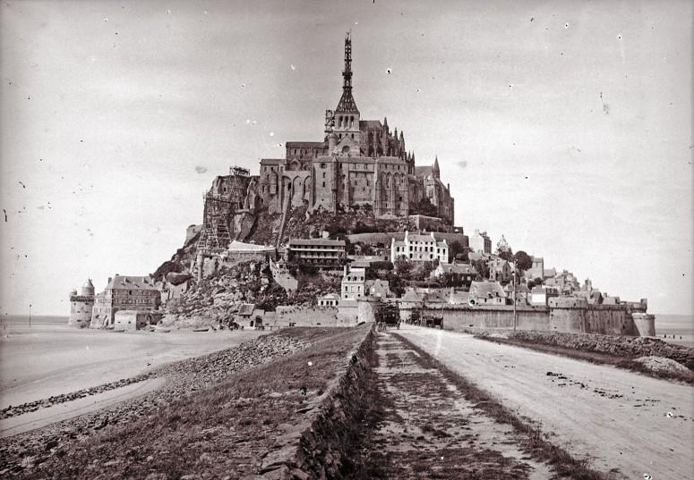 Le Mont Saint-Michel - vue générale, la flèche en travaux et l'Archange déjà installé.