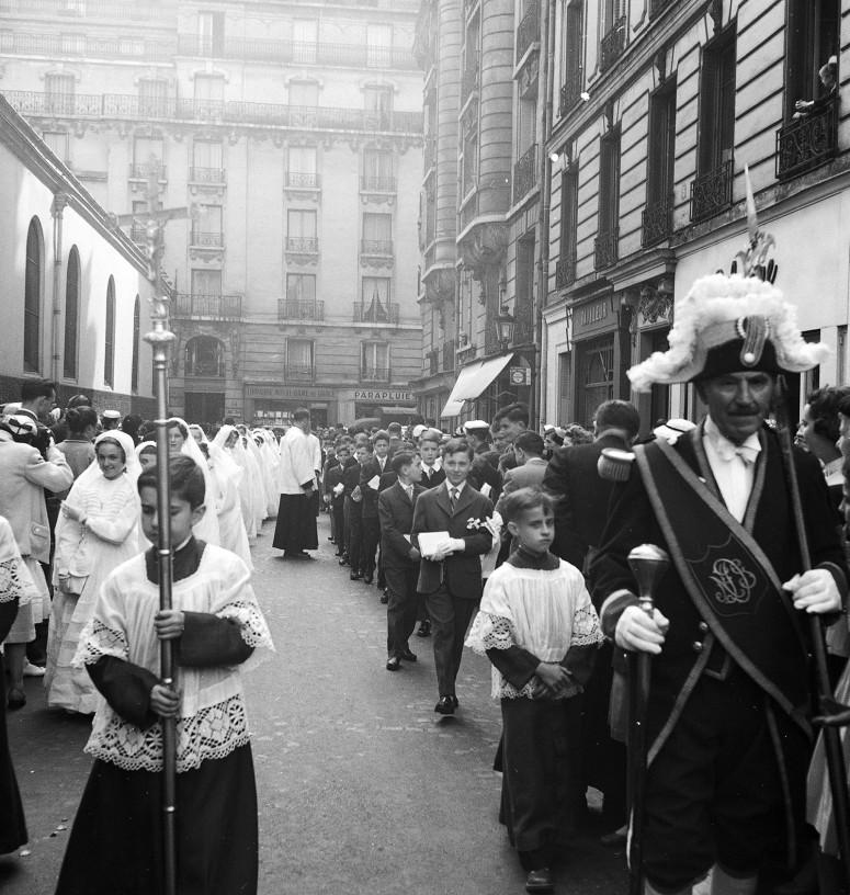 L'arrivée de la procession, toujours