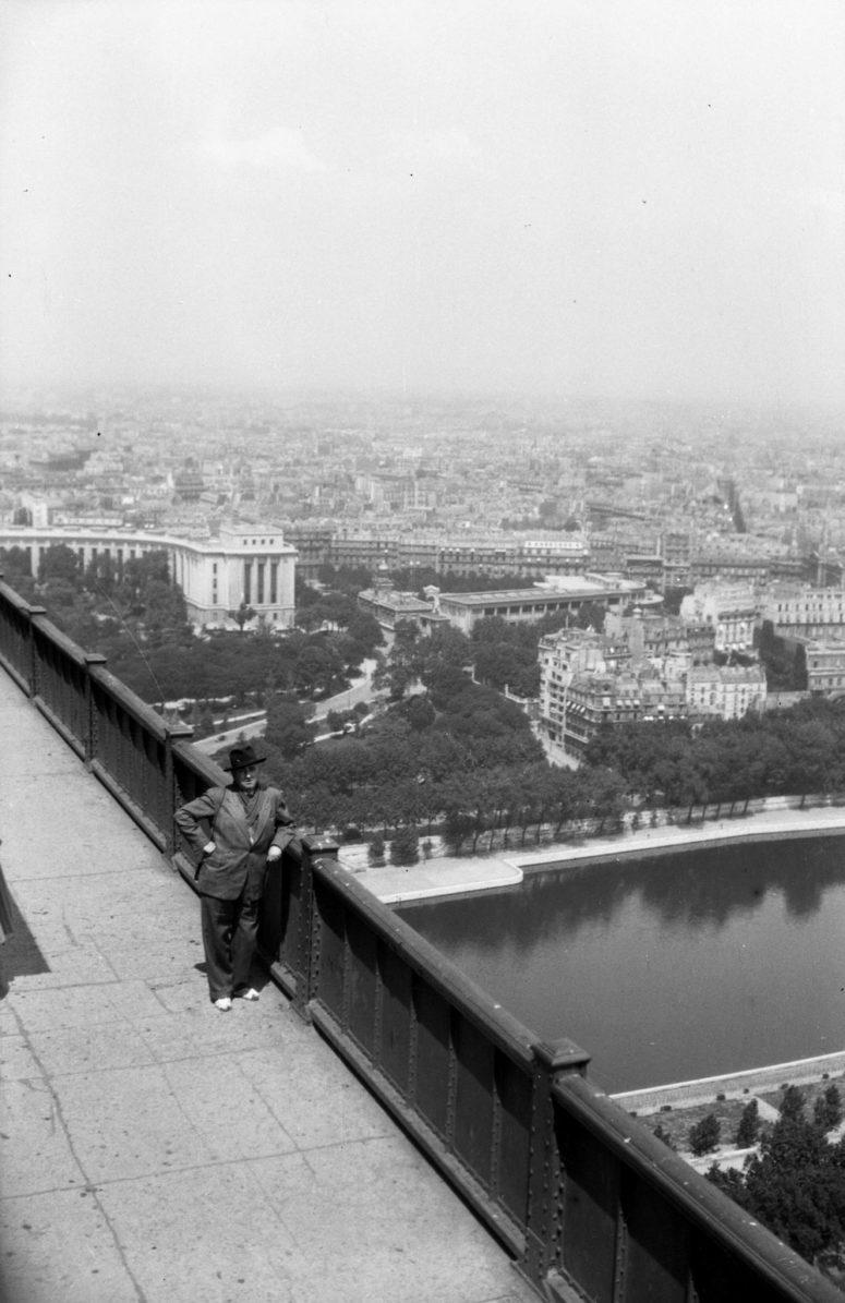 Sur la plateforme de la Tour Eiffel, vue sur le Palais de Chaillot