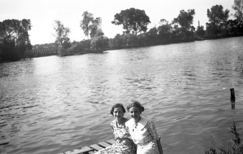 Par deux au bord de l'eau - années 30