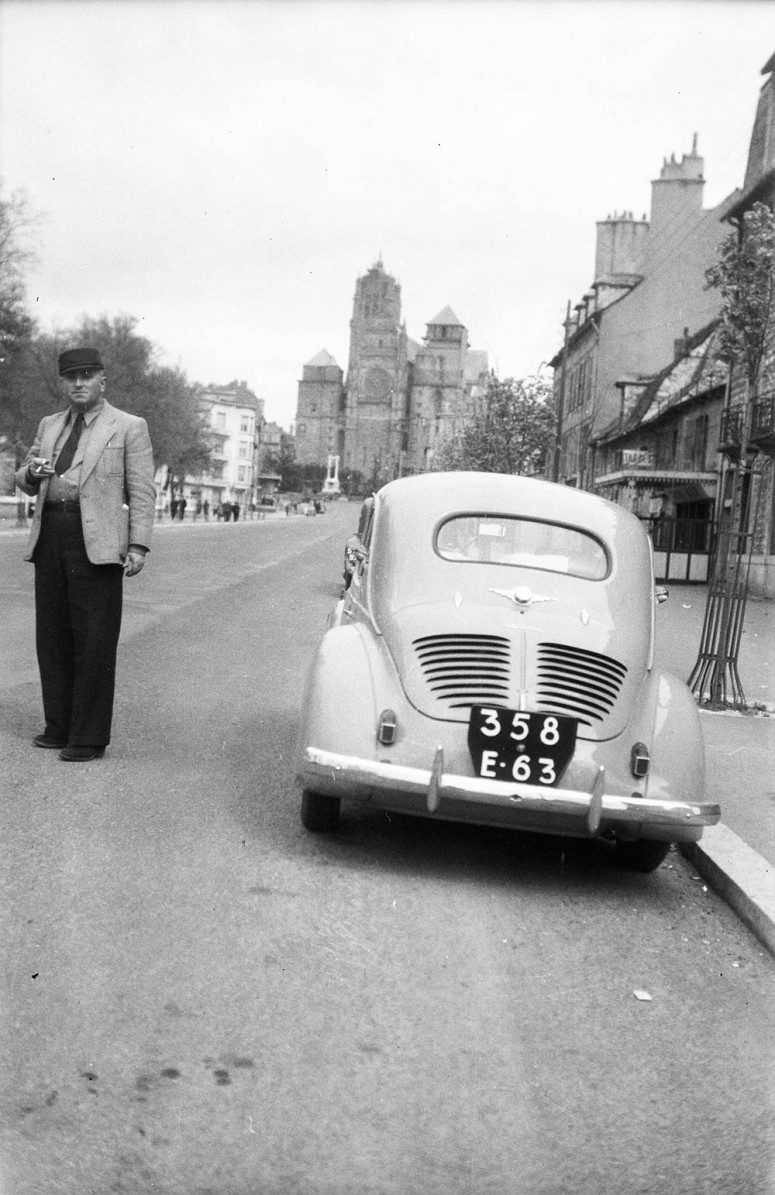 La 4 CV vue arrière devant la cathédrale de Rodez