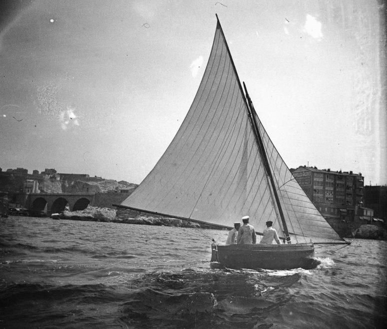 petit voilier au large de Marseille