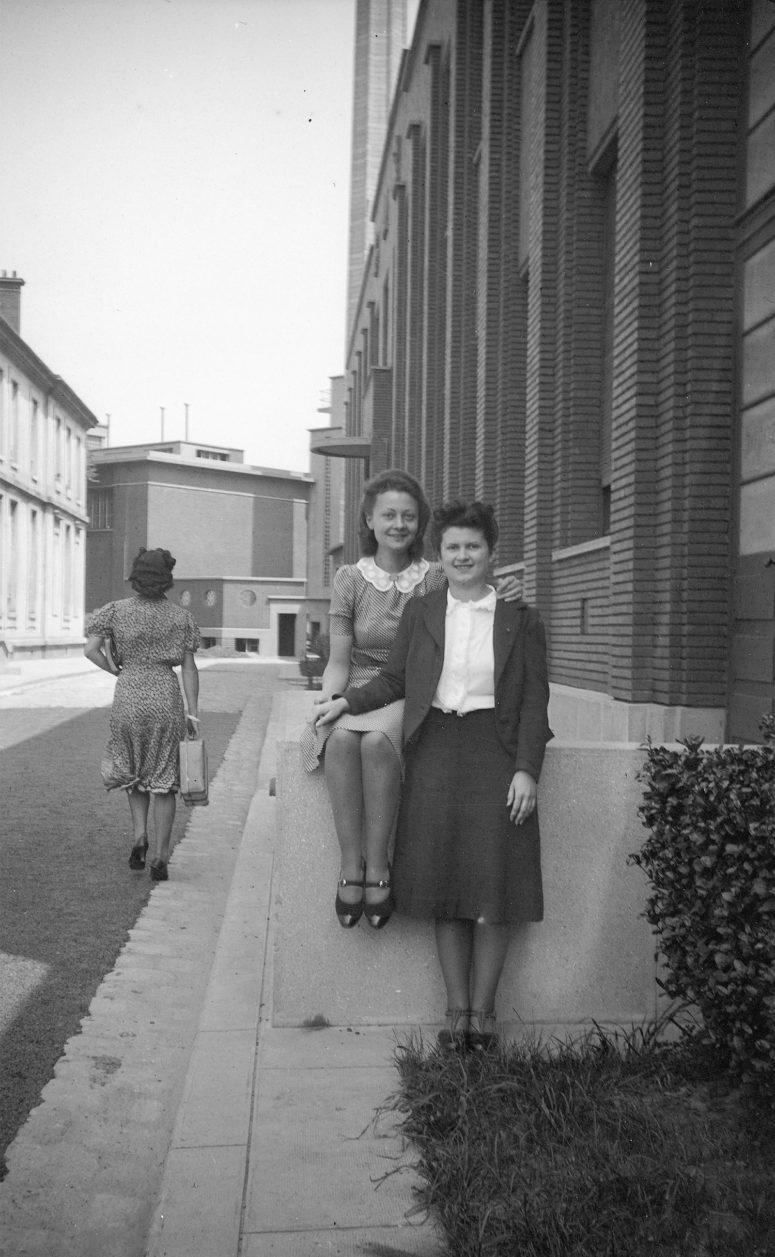 Jeunes femmes dans la rue, années 40
