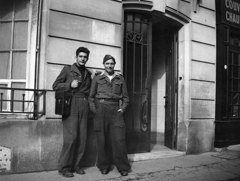 Deux jeunes hommes dans la rue, années 40
