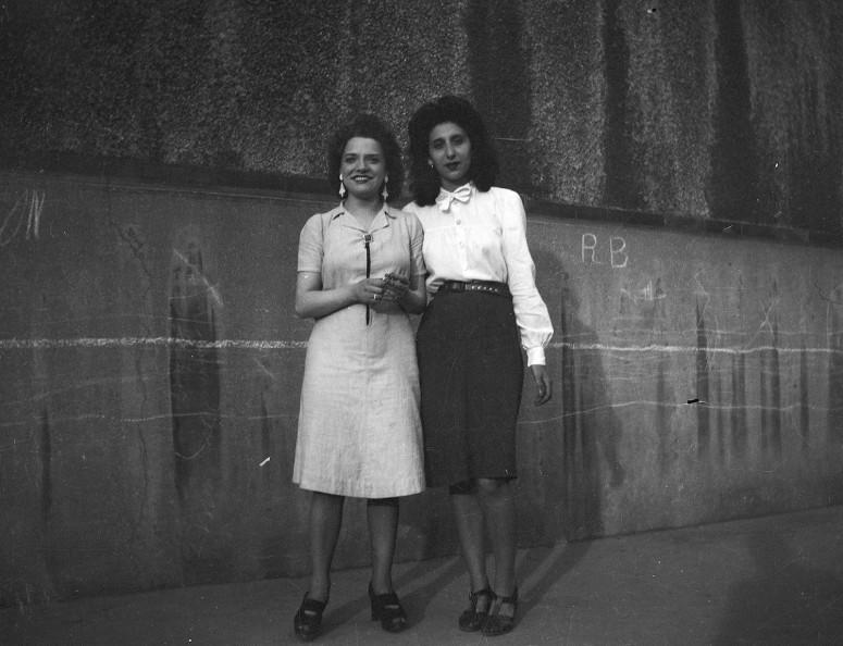 Deux jeunes femmes dans la rue, années 40
