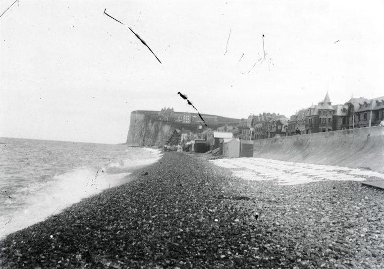 La plage de galets et la falaise