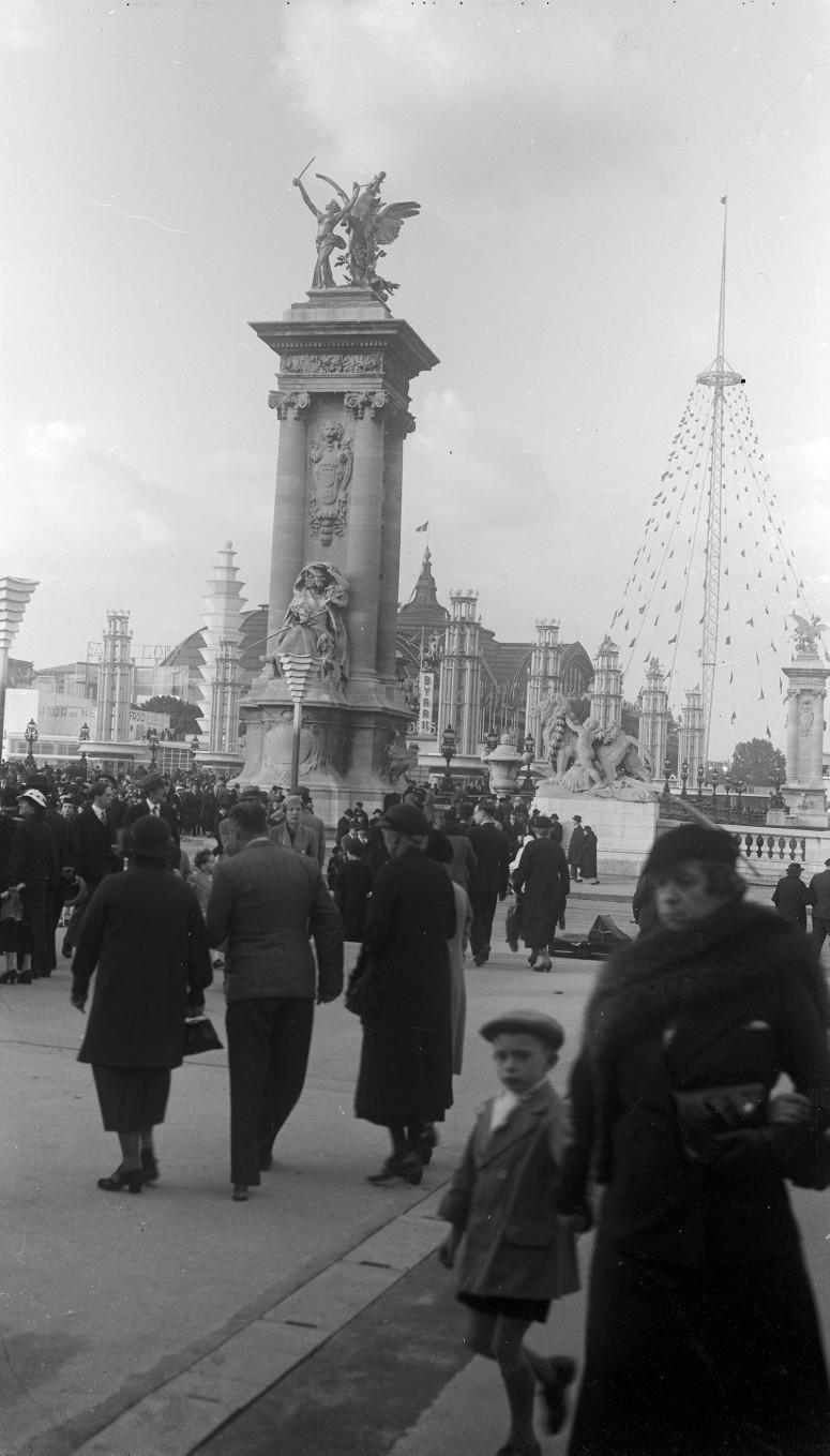 Un pylône du Pont Alexandre III et le Grand Palais dans la perspective.