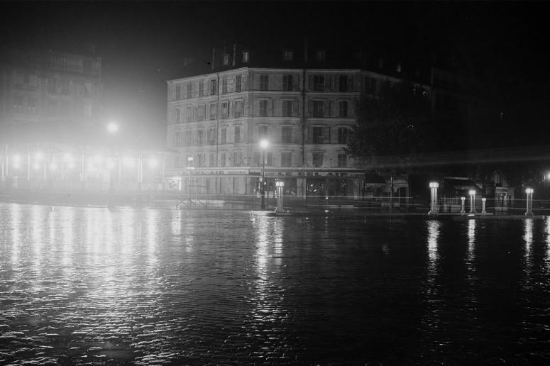 Paris la nuit, les pavés sous la pluie et l'entrée du métro