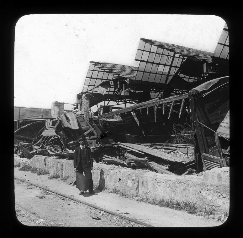 La gare, wagons écrasés