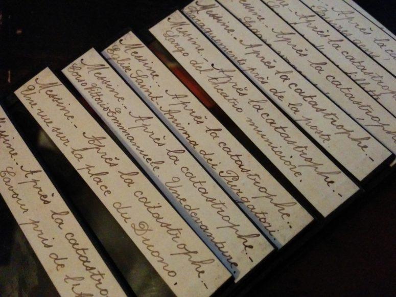 Les inscriptions manuscrites sur les plaques