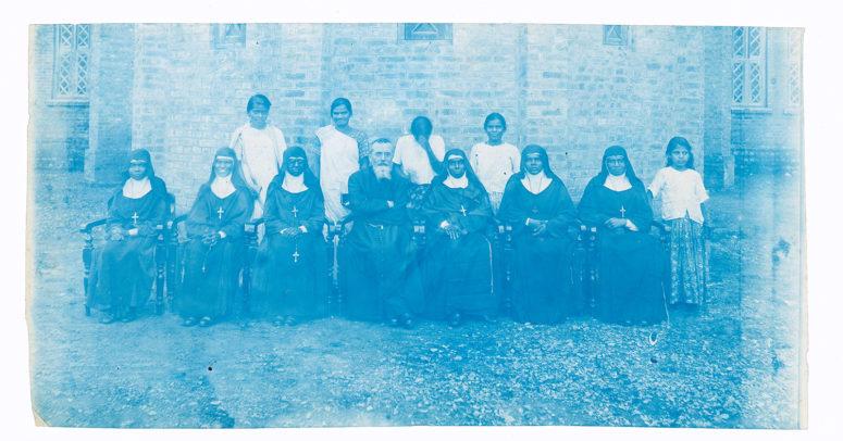 Les sœurs et un prêtre