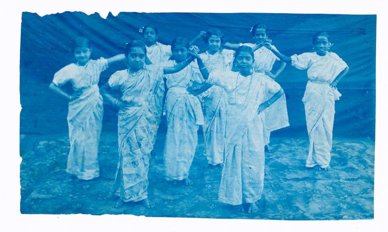 Jeunes filles dansant