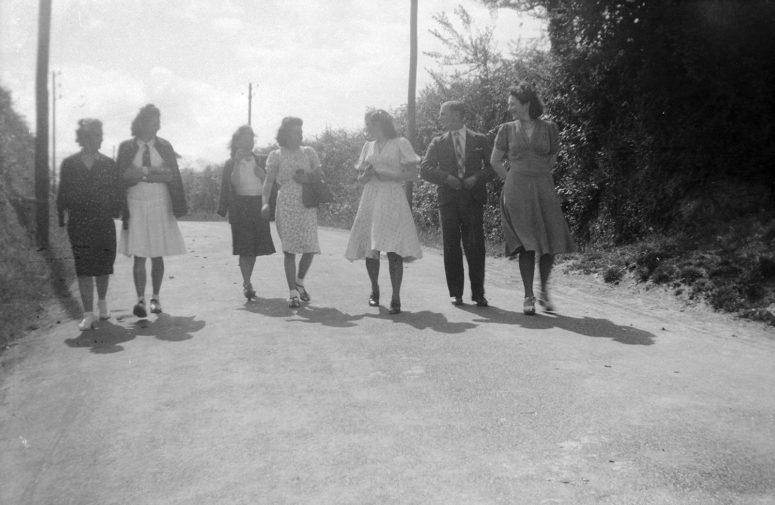 Années 40 en Bretagne : les jupes au genou sont partout.