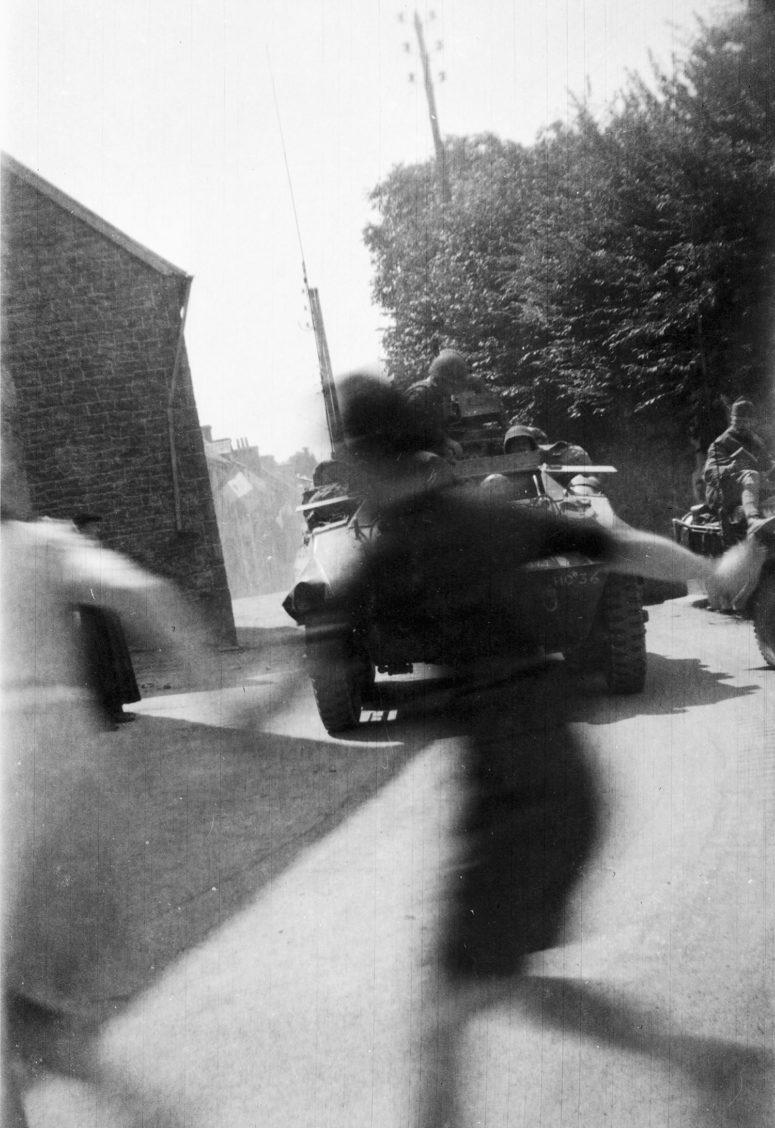 Arrivée des chars américains dans un village breton.