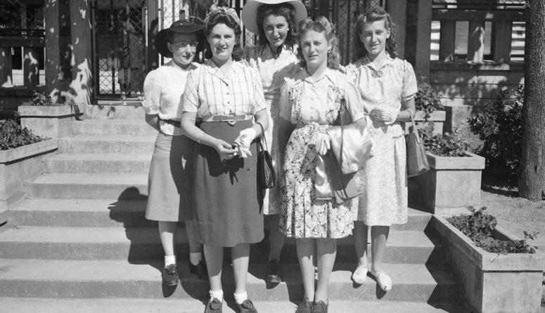 Mode des années 1940, groupe de jeunes femmes à coiffures crantées