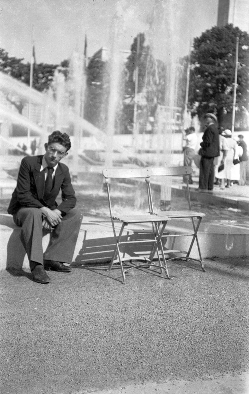 Exposition internationale 1937, devant le pavillon de la Norvège