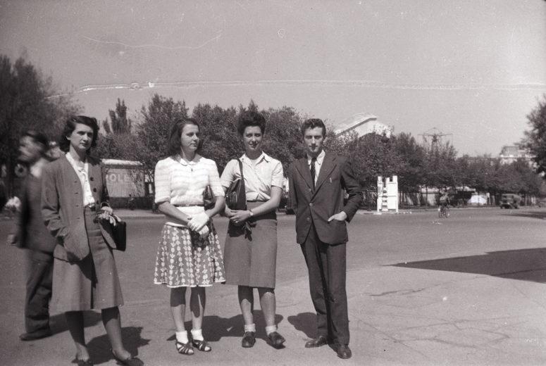 Les tissu de la jupe de la jeune femme est le même que celui utilisé pour la robe de la photo précédente. Des sœurs ? Recyclage ?