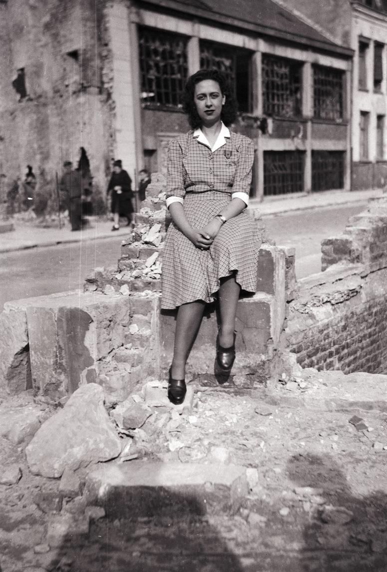 Jeune femme décorée de la croix de guerre 39-45