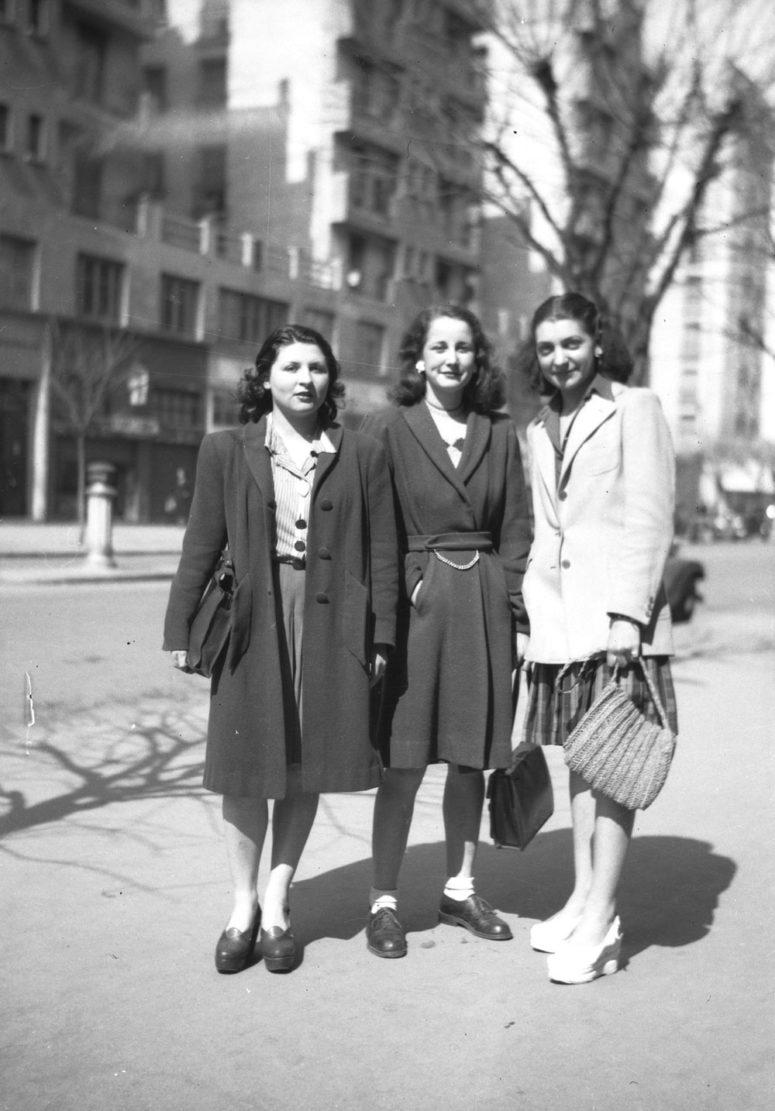 Mode des années 40 : coiffures élaborées, vestes très épaulées, semelles compensées