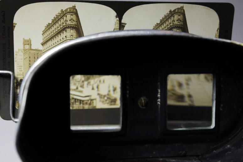 À travers la visionneuse - Perfecscope, début XXe siècle - voir la photographie en tête de l'article
