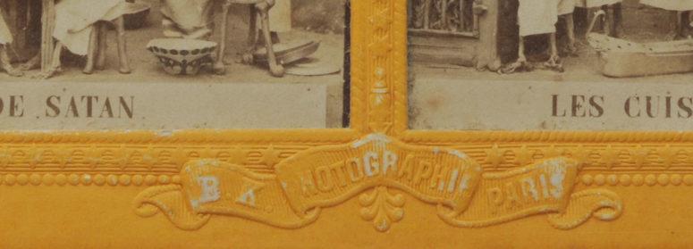 Un détail du carton en relief, avec la marque de l'éditeur