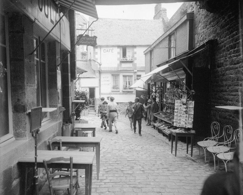 Dans la rue – Mont Saint-Michel, années 20