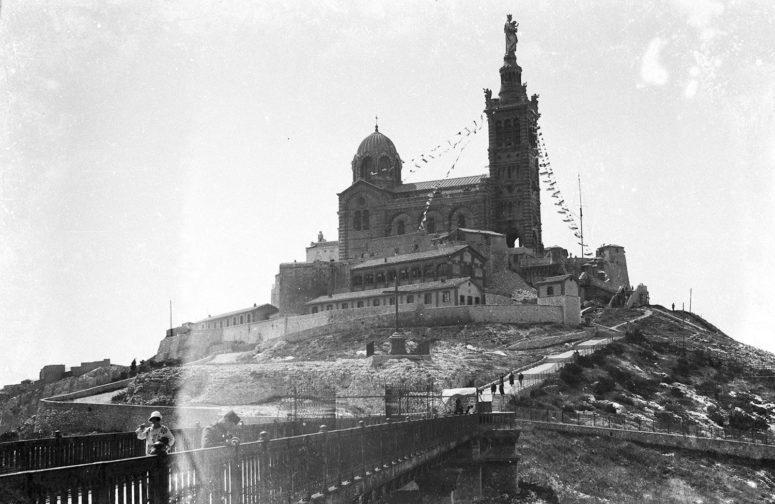 La basilique Notre-Dame de la Garde, aussi appelée «la Bonne Mère» – années 30