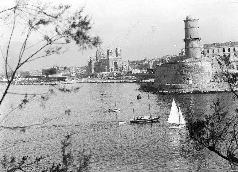 Le Vieux Port de Marseille.Notez: ce n'est pas parce que vous venez de visiter la Mer de Glace que vous arriverez là en bateau… années 20