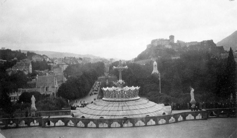 Vue depuis les terrasses de la Basilique Notre-Dame-du-Rosaire de Lourdes