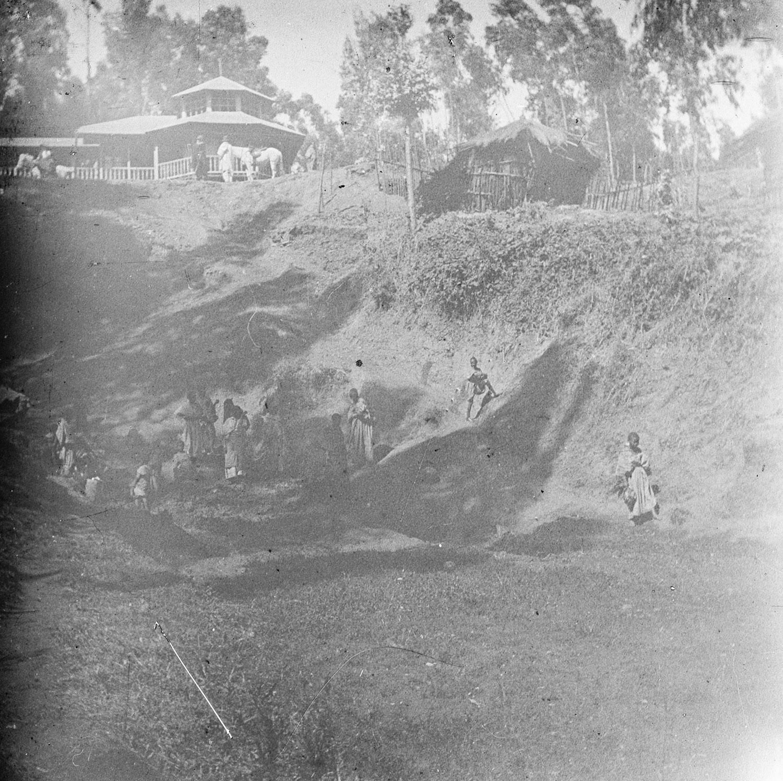 Les femmes puisent de l'eau à la source. En haut le cheval et le domestique de S. octobre 1915