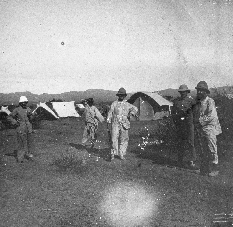 S. et des amis Leur campement .. désert Danakil Mai 1911