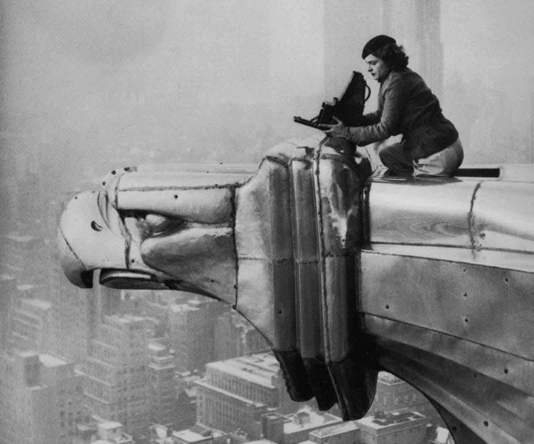 """Le très célèbre cliché de la photographe et reporter américaine Margaret Bourke-White sur le Chrysler Building en 1935. Une Graflex aussi, mais plus grosse, une 4x5""""."""