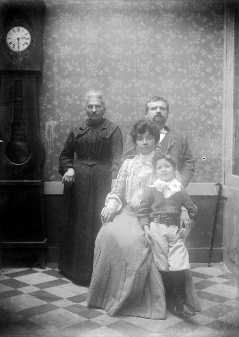 Ici le bas du buste est plus lâche. Vers 1905.
