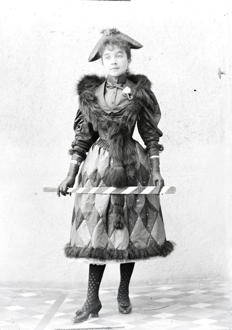 Jeune femme en costume d'Arlequin, vers 1900