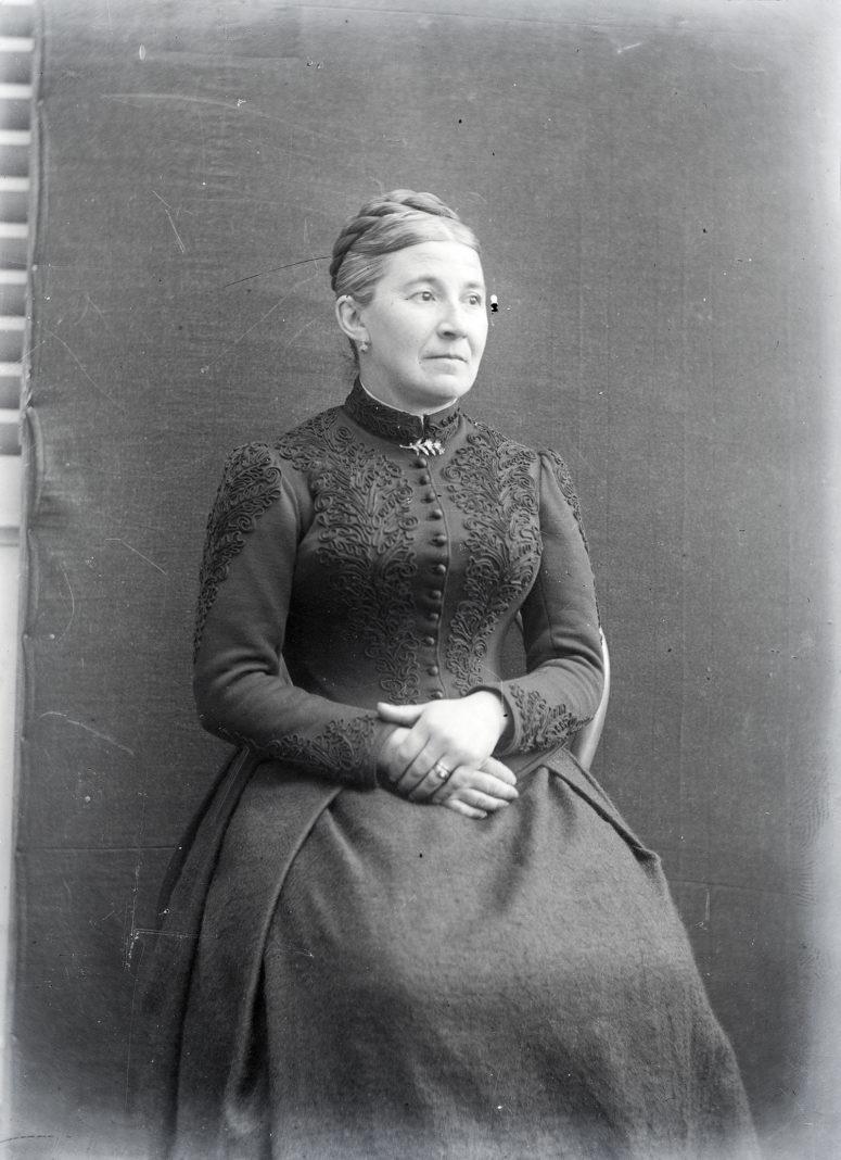 Tissu sombre rebrodé de motifs végétaux. Vers 1900