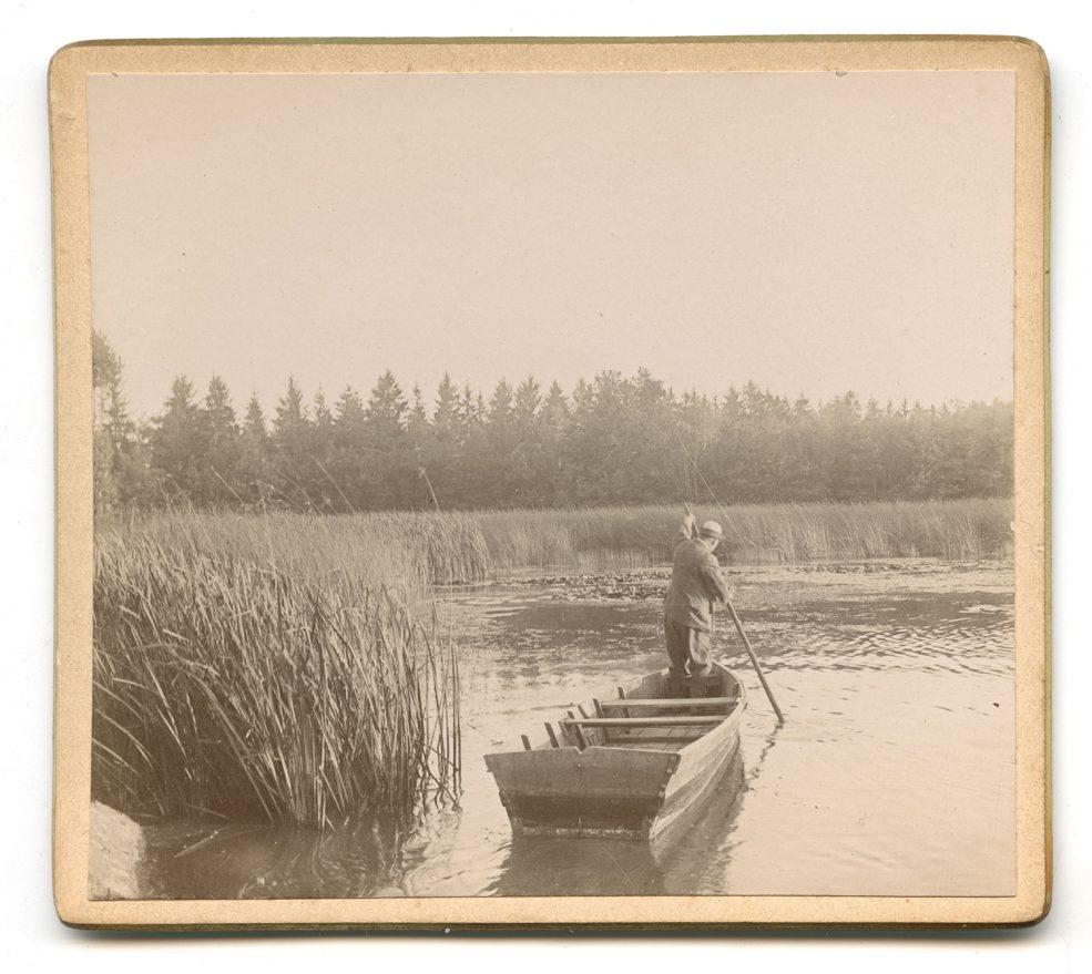 Le grand-père sur sa barque.