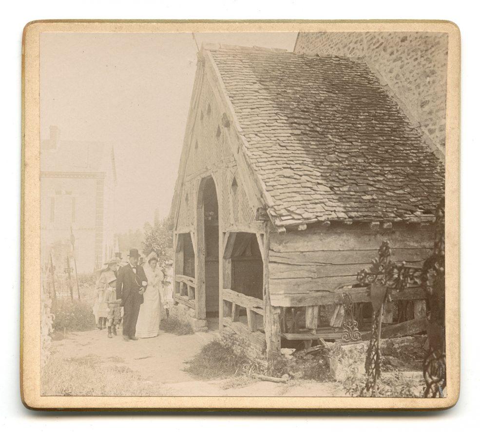 Arrivée à l'église. Le caquetoire, auvent à l'entrée de l'église, est une construction typique du Gâtinais.