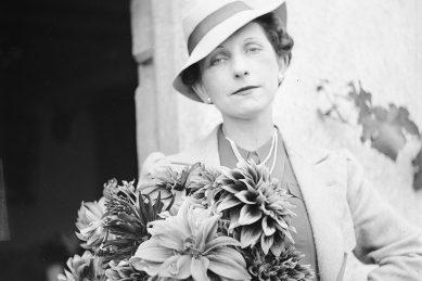 femme avec un bouquet de dahlias 1937
