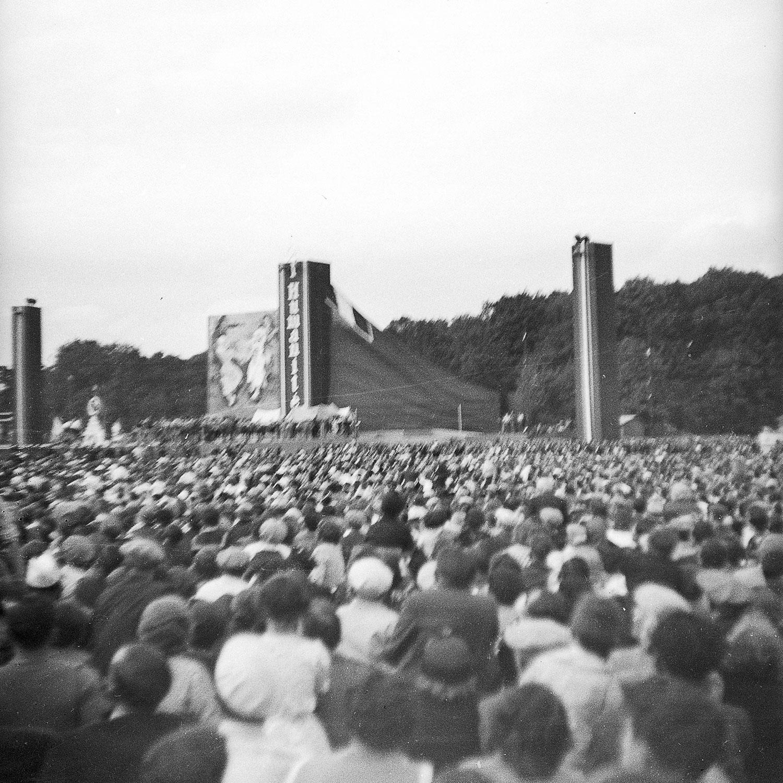 La grande scène où ont lieu les spectacles et les discours de la fête de l'Humanité en 1938.