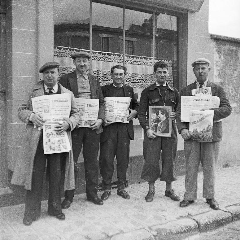 Sympathisants, militants, tenant la couvertures de journaux pro-soviétiques. Si vous retrouvez la date et l'événement...