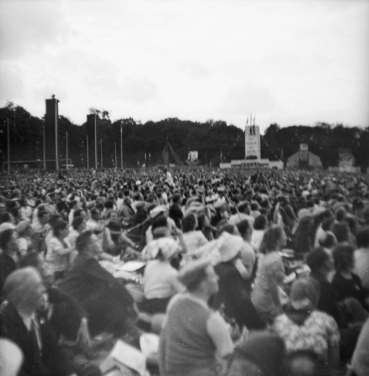 La foule et, à l'arrière-plan, le stand du Secours Populaire.