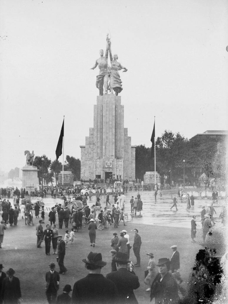 Le Pavillon de l'URSS vu depuis les marches du Pavillon de l'Allemagne