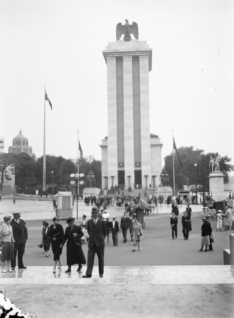 Et la vue du Pavillon allemand depuis les marches du Pavillon soviétique !